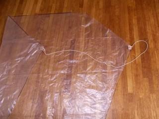 凧に糸を取り付ける