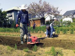 耕運機で畑の土を耕して・・・